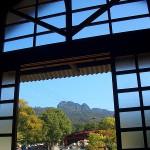 イサム・ノグチ庭園美術館受付から五剣山を望む