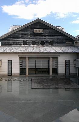 高知県立美術館ホールと中庭